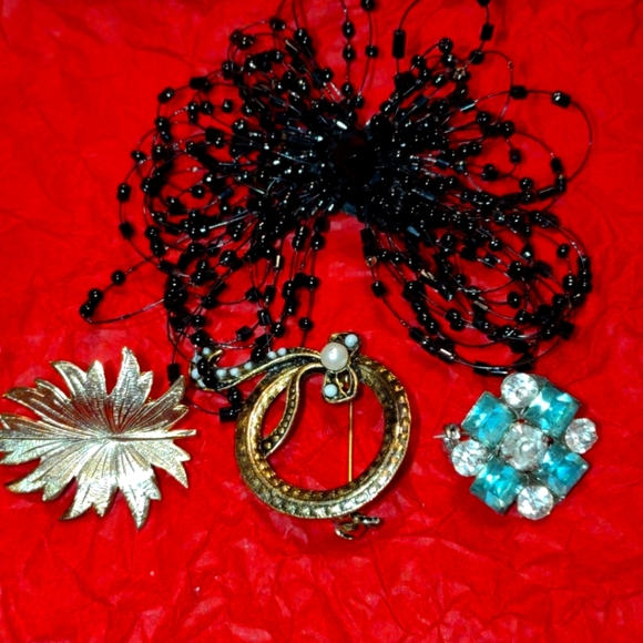 Lovely lot of women's brooches